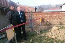 V Horních Bojanovicích se ve středu sesunul svah a zemina se dostala až do zahrady jednoho rodinného domu.