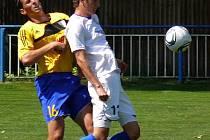 Útočník MSK Břeclav Jiří Nevídal (uprostřed) zápolil s fotbalovým balónem i na letní univerziádě v Číně.