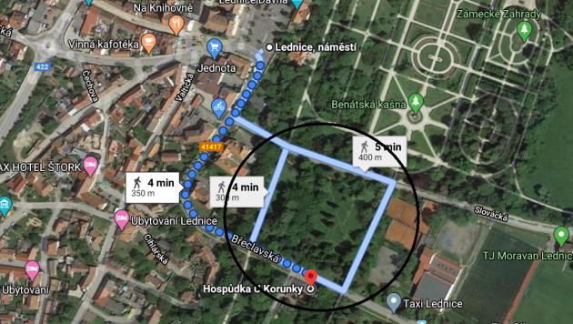 Průchozí park, který by se mohl přeměnit na parkoviště.