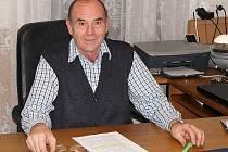 Nový starosta Brumovic Antonín Košulič se do zastupitelstva dostal na kandidátce Nezávislých brumovických hasičů. Devětapadesátiletý starosta přesto dobrovolené hasiče v obci protežovat nehodlá, byť byl dlouhá léta jejich jednatelem.
