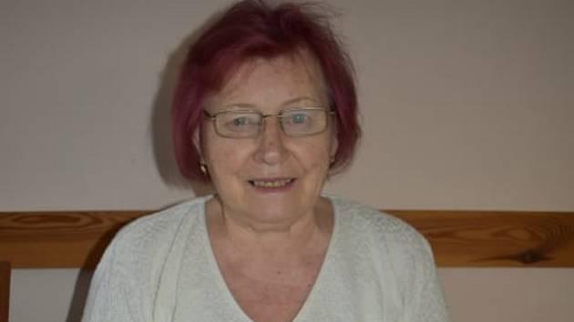 Marie Šefčíková zdobí své perníčky.
