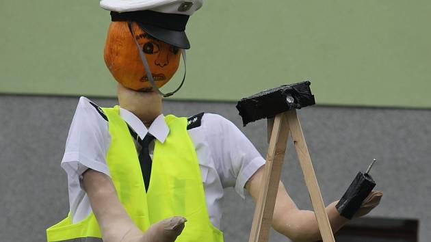 Na dodržování rychlosti ve Valticích dohlíží policista, který má hlavu z dýně.