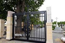 Před třemi lety rozšiřovali hřbitov o pětašedesát míst a kolumbárium. Letos staví velkobílovickému hřbitovu novou zeď. V současné době dokončují čelní stěnu. Železná vstupní brána již stojí na svém místě.