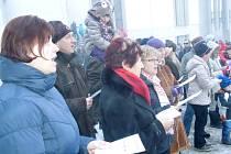 idé si zazpívali na Štědrý den na náměstí v Hustopečích.