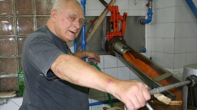Josef Šmerák z pěstitelské pálenice v Hruškách slova o slabší sezoně, způsobené nižší úrodou ovoce, odmítá. Pálí přetržitě, čtyřiadvacet hodin denně včetně víkendů. Převažují zájemci s meruňkami.