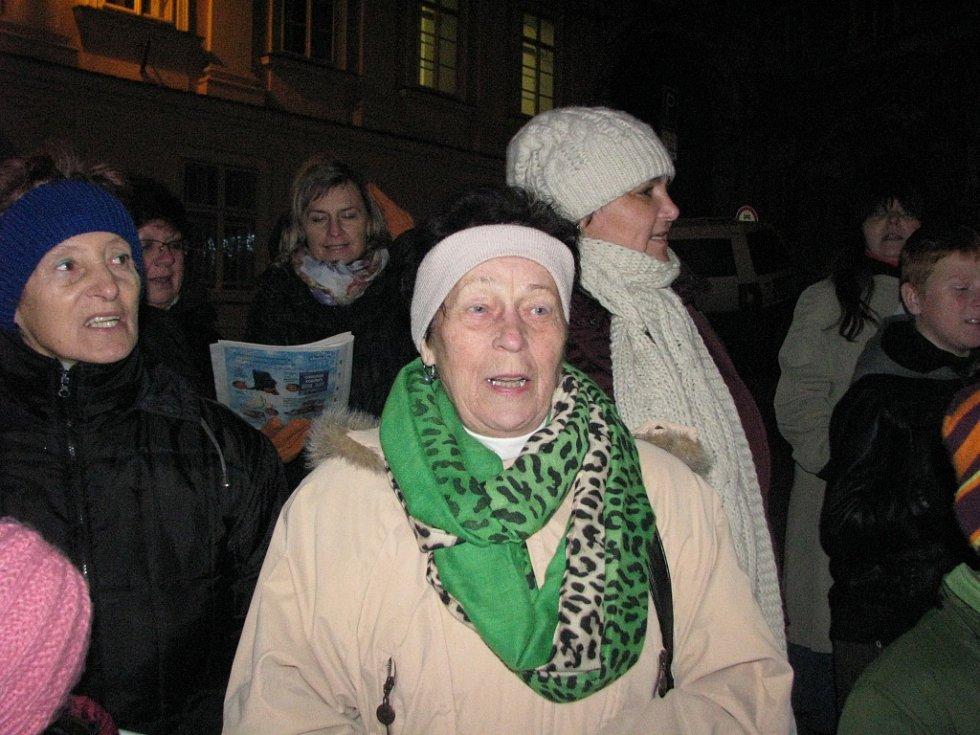 Na mikulovském Náměstí si ve středu zazpívalo koledy zhruba osmdesát lidí. Při akci Česko zpívá koledy. Tón udávaly děti ze základní školy Hraničářů.