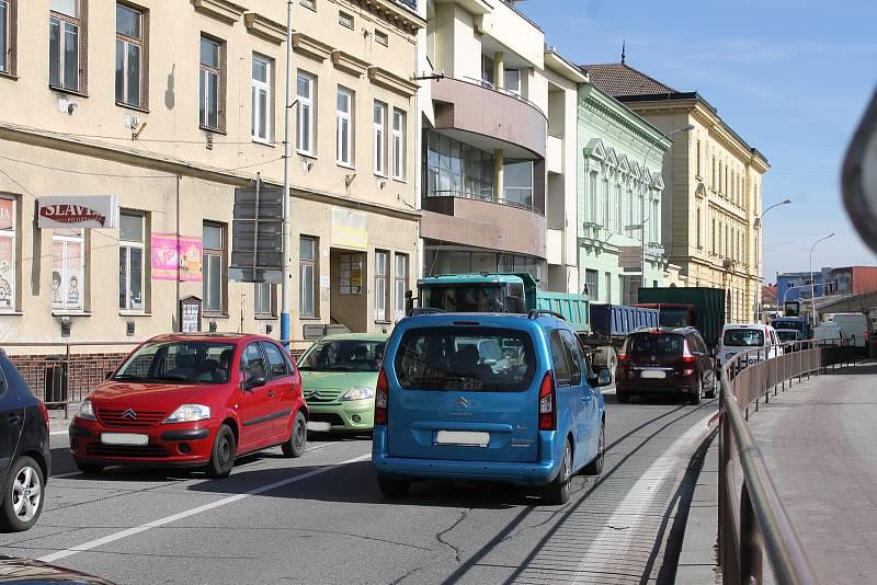 Velké kolony se často tvoří na hlavním tahu Břeclaví.