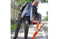 """Vedoucí odboru správních věcí a dopravy na břeclavském úřadu Roman Konečný se opírá o novou """"výzdobu"""" v ulicích. Ukazuje, že při případném nárazu by nemělo dojít k poškození auta."""