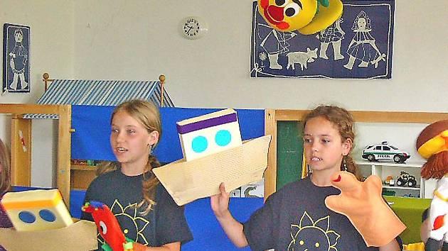 Děti z uherčické školy si loutky pro divadelní představení vyrábí samy.