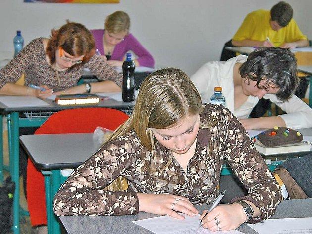 Maturanti byli zabraní do písemné práce.