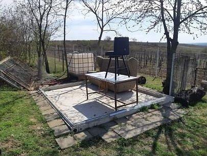 Celý zahradní domek někdo ukradl z pozemku nedaleko Staroviček.