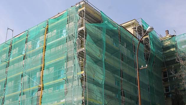 Práce na zateplení budovy břeclavské Obchodní akademie