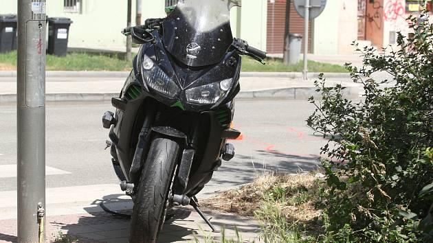 Motorkář v Pionýrské ulici narazil do sloupu. Skončil v nemocnici