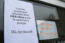 Na dveřích břeclavské pobočky firmy OKR okna visí dva vzkazy. Jeden od nespokojených zákazníků, druhý od zástupců firmy.