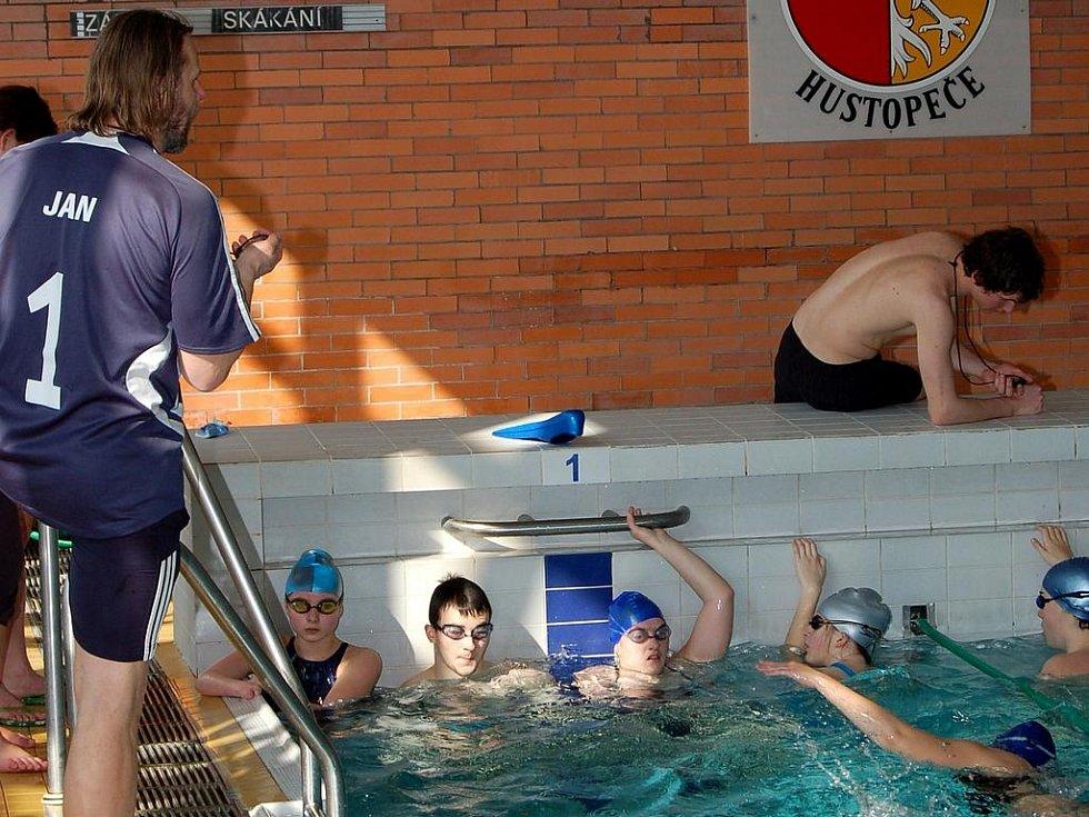 Na tělesně postižené plavce dohlíželi zkušení instruktoři.