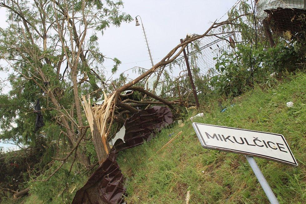 Tornádo napáchalo škody také v Mikulčicích. Jejich odstraňování pokračovalo i v pátek odpoledne.