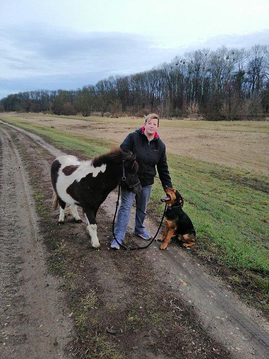 Lenka Pospíšilová, zakladatelka občanského sdružení Hafo naděje, která pomáhá týraným a opuštěným zvířatům. Zvítězila v anketě Nesobec 2018.