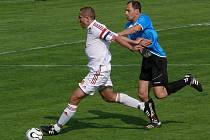 Fotbalisté Lanžhota v souboji s Rohatcem.
