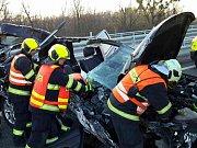 Nehoda osobního auta a kamionu uzavřela v pátek ráno dálnici D2 u slovenských hranic. Na místo letěl i vrtulník.