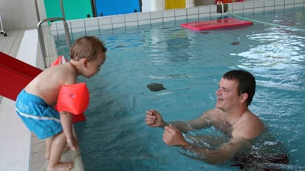 Pavel Osička chodí s tříletým Tobiáškem plavat do břeclavského krytého bazénu pravidelně.