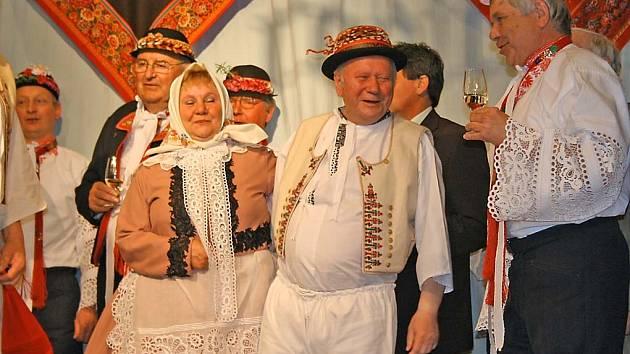 Večer plný podlužácké písničky ale nepatřil jen novopečenému kompaktnímu disku. Zpěváci a hudebníci zároveň oslavili šedesáté narozeniny Jožky Severina mladšího.