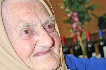 Stále svěží stařenka Ludmila Komosná.
