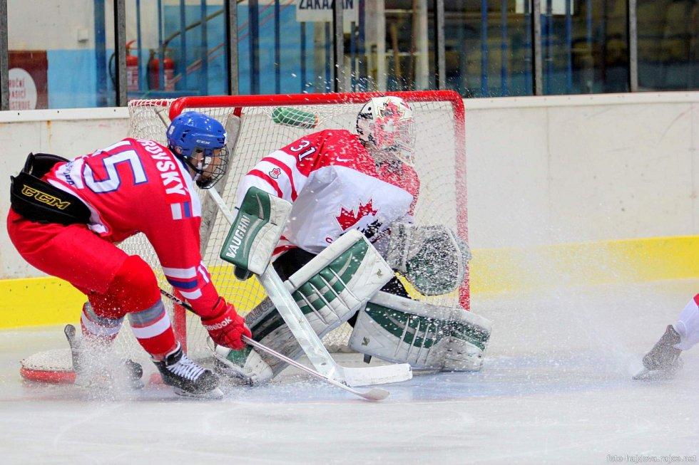 Česká osmnáctka (v červeném) dvě tisícovky diváků i přes porážku nezklamala.