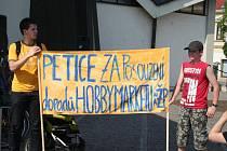 Lidé protestovali proti plánované výstavbě Obchodního centra Hobby poblíž břeclavského centra.