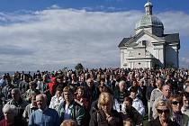 Pěkné počasí i opravená kaple Božího hrobu přilákaly na vrchol mikulovského Svatého kopečku stovky poutníků.