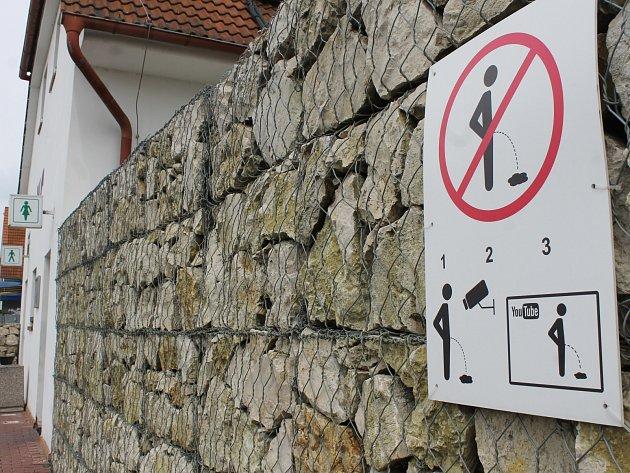 Netradičně se rozhodl vyřešit problém s nezdvořilými kolemjdoucími Petr Marcinčák z Mikulova na Břeclavsku. Před svůj hotel umístil hned vedle veřejného záchodu, za který lidé zaplatí deset korun, vlastní značku s přeškrtnutým močícím panáčkem.
