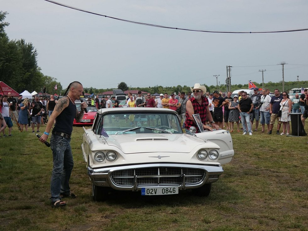 Ze setkání milovníků a majitelů amerických aut Lucky Cruisers Weekend v Pasohlávkách.