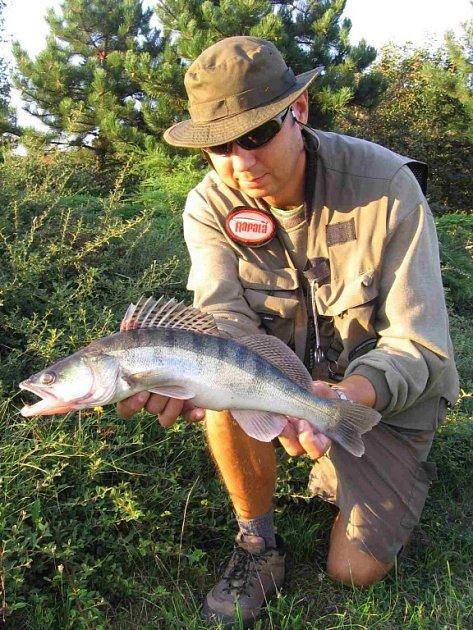 Břeclavský učitel zeměpisu David Starnovský je vášnivým rybářem.