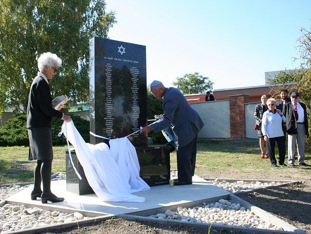 Židovský hřbitov povstal z dlouhodobého zapomnění. Hustopečští tak uctili památku těch, kteří na něm odpočívají.
