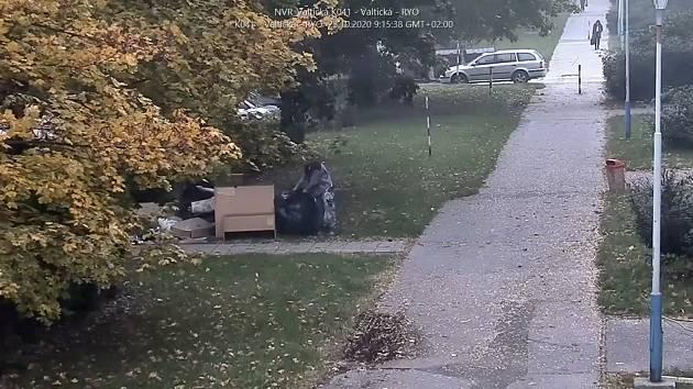 V ukládání odpadu mimo vyhrazená místa stále pokračují někteří obyvatelé Břeclavi. Zatímco jedna skupinka ponechala pytle s odpadem minulý pátek ve Valtické ulici, druhá udělala to samé hned následující den v ulici 17. listopadu.
