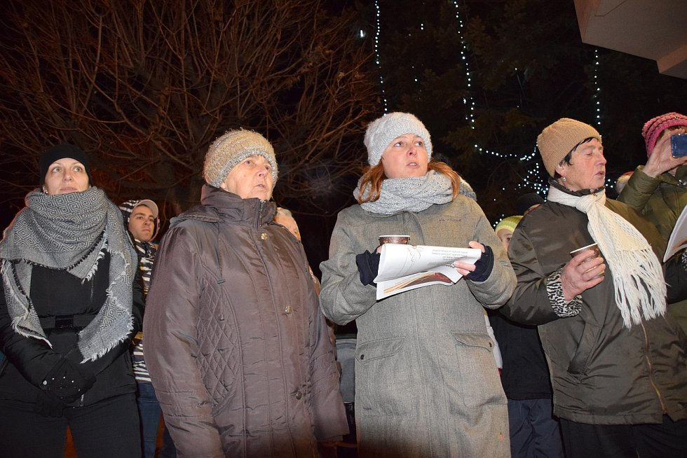 Na šest desítek lidí si zazpívalo tradiční české koledy ve Velkých Pavlovicích.