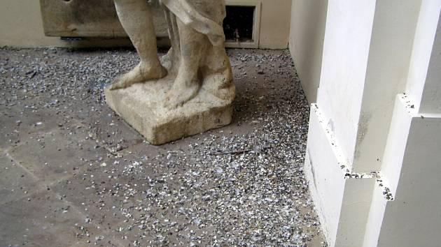 Oblíbený cíl turistů hyzdí výkaly. Mikulovskou Dietrichštejnskou hrobku si totiž ke svému nocování vybrali divocí holubi.