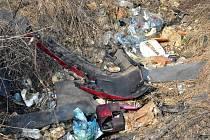 Na černé skládce za Hustopečemi je k nalezení různý odpad.
