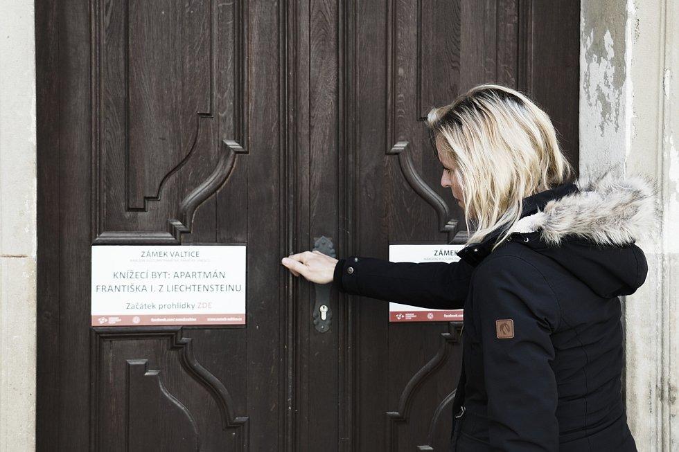 Valtický zámek má nový prohlídkový okruh. Knížecí byt: Apartmán Františka I. z Lichtenštejnu. Na snímku Lenka Beránková ze správy zámku.