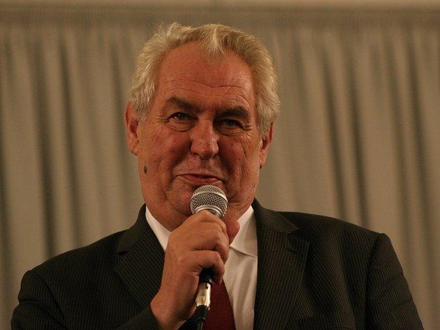 Při návštěvě jižní Moravy se prezident Miloš Zeman zastavil i v Lednici. Ve velkém sále nově opravených jízdáren v úterý diskutoval s lidmi. Mezi několika stovkami příchozích se našlo jen několik málo odpůrců Zemana s červenými kartami v rukou.
