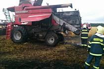 Hasiči zasahovali v sobotu večer v Bulharech při požáru kombajnu a okolního pole.