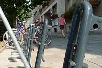 Bezpečnostní stojany na kola v Břeclavi zejí prázdnotou.