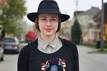 Hustopečanka Adéla Malendová je jednou z vystavujících na výstavě v Uherském Hradišti, kde je k vidění práce mladých návrhářů. Ti předvádí spojení tradičních krojů a moderní módy.