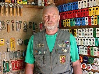 Miloš Dobšíček z Podivína má největší sbírku otvíráků v České republice.