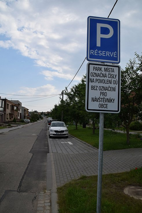Ve Starovicích vyřešili problémy s parkováním zbudování parkovacích míst. Obyvatelé si za jedno parkovací místo zaplatí za rok pětistovku.