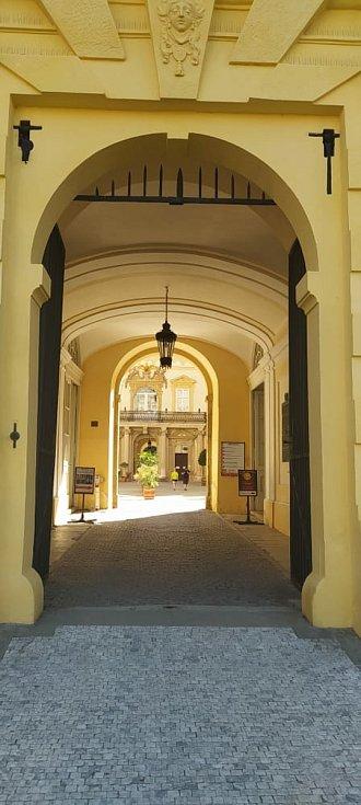 Z procházky Valticemi přes zámek do parku a umělé jeskyně Peklo.