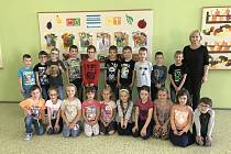 1. A třídu základní školy ve Velkých Bílovicích učí Dagmar Mrázková.