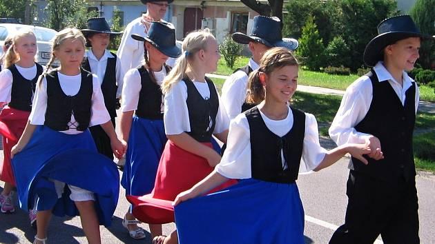 Vedoucím dětského souboru Novoveská Štístka je Irena Mitošinková. Tančí klasické country tance, line a square dance, country show a opět začínají s irskými tanci.