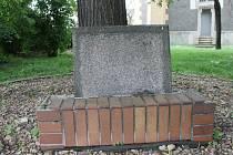 Pamětní deska u lípy svobody blízko břeclavského vlakového nádraží je nečitelná.