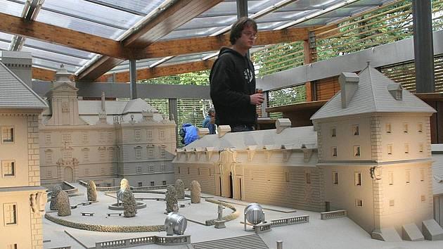 Pavilon miniatur v břeclavském parku.