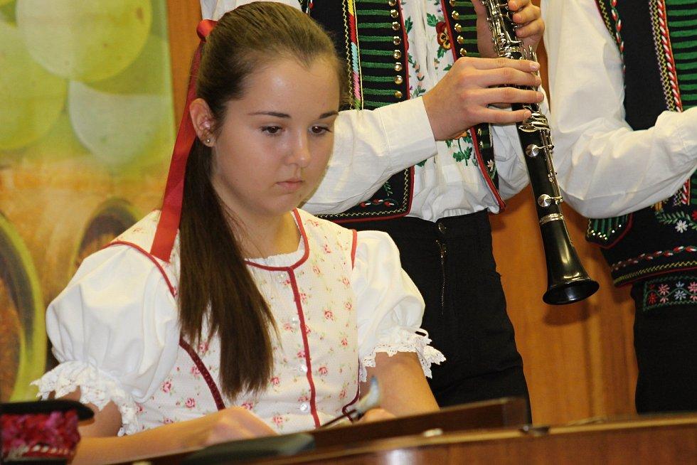 Břeclavský Dům školství patřil v sobotu večer folkloru, zpěvu a tanci. Známému břeclavskému folkloristovi Jaroslavu Švachovi zazpíval k jubileu také Jožka Černý.
